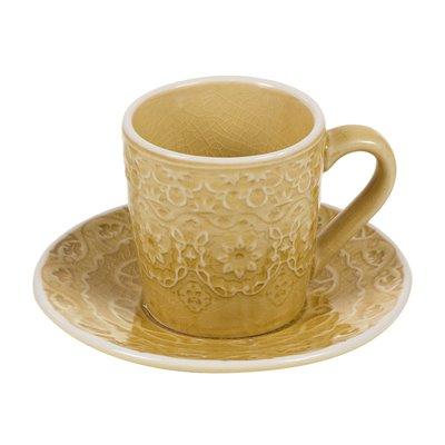 Taza de café con plato mostaza