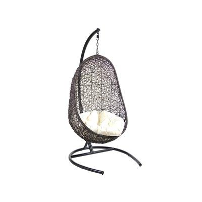 Schwarzer hängender Korbstuhl mit weißem Kissen