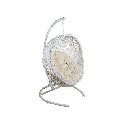 Weißer hängender Korbstuhl mit Kissen